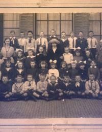 Willebrordus Petrus Hubertus Kok zit op de tweede rij van onder, helemaal links op de foto.