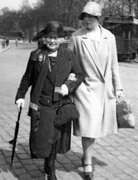 Rensina Sophia Brüggemann en Zwaantje Geertruida Martens (05.1930)