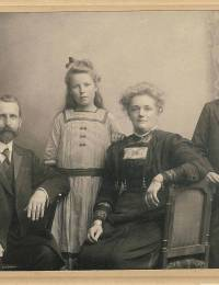 Marten Martens, Zwaantje Geertruida Martens, Johanna Catharina Brüggemann en Sibrand Pieter Brouwer Martens.