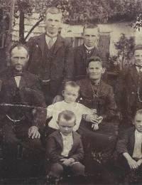 v.l.n.r.: Adrianus Antonius, Lambertus, Johannes Bernardus, Cornelis Hendrikus, Lambertus Antonie van Duin, Johanna Post, Antonius, Marinus Antonius Adrianus en Johannes Hendrikus van Duin (1904 / 1905)